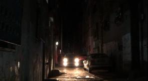 """شوارع مخيم """"العروب"""" غارقة في الظلام.. والمواطنون يناشدون عبر وطن"""