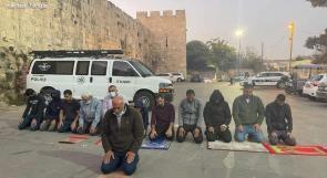 مقدسيون يؤدون صلاتهم أمام المقبرة اليوسفية احتجاجاً على انتهاكات الاحتلال