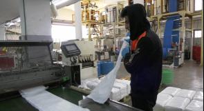 لمكافحة فيروس كورونا... مصانع في الخليل توزع الأكياس الطبية على مشافي المحافظات مجانا