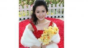 بالصور.. فستان زفاف مصنوع من 9999 وردة