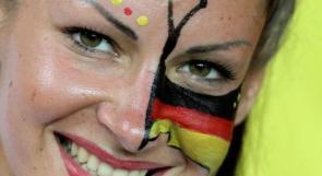 بالصور.. حب وإبتسامات وتوتر بمدرجات مباراة ألمانيا وهولندا