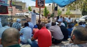"""العشرات يؤدون """"الجمعة"""" بخيمة الاعتصام في أبو ديس إسنادا للأسير إسماعيل"""