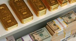 الذهب يستقر قرب ذروته في 5 أشهر مع انخفاض الدولار