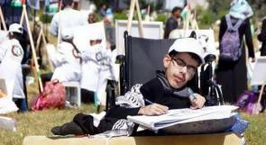 """خاص لـ""""وطن"""": بالفيديو..غزة: الفنان """"الدلو"""".. لوحات """"أنمي"""" بأنامل متحركة لجسد ذو إعاقة"""