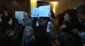 طلبة إعلام بيرزيت يحتجون أمام الحمدالله.. عناصر الأمن اعتدوا علينا وحطموا معداتنا