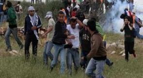 إصابة مصور صحفي والعشرات بالاختناق إثر قمع الاحتلال لمسيرة بلعين