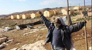 الاحتلال يخطر بوقف البناء بمنزل وشبكة كهرباء جنوب الخليل