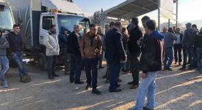 الاحتلال يمنع ادخال المنتجات الزراعية وعشرات المزارعين يعتصمون على معبر الطيبة