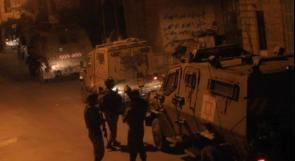 قوات الاحتلال تعتقل شابا بعد اقتحام كفر عقب