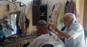 أقدم حلاق في غزة.. يلبي طلبات الزبائن في بيوتهم ويجمع بين القصات العصرية والقديمة