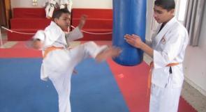 """خاص لـ """"وطن"""": بالفيديو.. غزة: الطفل الكفيف """"مهاني"""" يبدع في لعب الكاراتيه وعزف العود"""