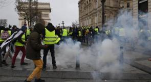 """غاز ومدرعات واعتقالات وإغلاق متاجر.. السلطات الفرنسية تتصدى لـ""""السترات الصفراء"""" بالقوة"""