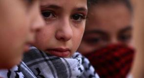 طفلة تبكي الشهيد علي قينو خلال تشييعه