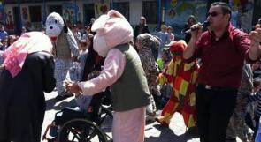 """خاص """"وطن"""": بالفيديو.. غزة: """"البردويل"""" يسخّر موهبة صوته لإسعاد أطفال مرضى السرطان"""