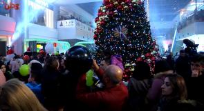 بمشاركة رسمية ودينية وشعبية واسعة ... لاكاسا مول يحتفل بإضاءة شجرة الميلاد المجيد