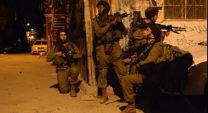 الاحتلال يعتقل ثلاثة شبان ويعتدي على عائلة
