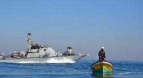زوارق الاحتلال تطلق نيرانها تجاه مراكب الصيادين غرب خانيونس ورفح