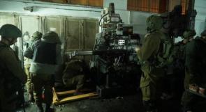 اعتقالات واسعة ومصادرة معدات من ورشة حدادة ومبلغ مالي