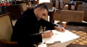 """""""الرسم بالحرق"""".. فن فريد يصنعه ناجٍ من غزة!"""