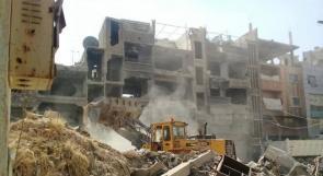 تواصل أعمال إزالة الأنقاض والركام من مخيم اليرموك بوتيرة عالية