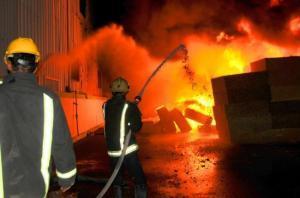جنين: إخماد حريق شب في محلين تجاريين