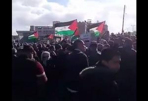 فيديو | الاف الأردنيين يتظاهرون أمام السفارة الأمريكية