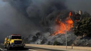 حرائق كاليفورنيا المستعرة تلتهم مئات المنازل