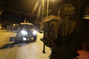 """الاحتلال يعتقل 19 مواطناً بينهم """"كفيف"""""""