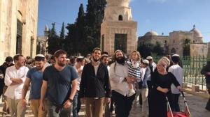 مستوطنون وعناصر مخابرات الاحتلال يقتحمون الأقصى