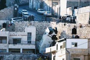 """بالفيديو... سقوط سيارة """"المياه العادمة"""" لتفريق المتظاهرين في الطور"""