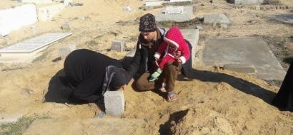 """خاص لـ""""وطن"""": بالفيديو.. خان يونس: الرضيع حمدي مات بردا.. عشرون فردا في صقيع الصفيح"""