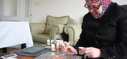 """خاص لـ""""وطن"""" بالفيديو .. نابلس :  أماني الشافعي .. كيف حولت هواية الرسم على الزجاج لمصدر دخل ؟"""