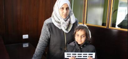 """خاص لـ""""وطن"""" بالفيديو ..  غزة : المعلمة ألفت تبتكر أداةً لتسهل فهم الكسور للتلاميذ"""