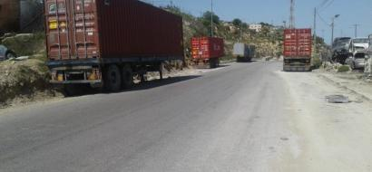 """خاص لـ""""وطن"""" بالفيديو .. اصطفاف الشاحنات على جوانب الطريق مشكلة بانتظار الحل في الخليل"""