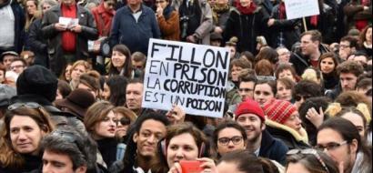 فرنسيون يتظاهرون ضد الفساد في باريس