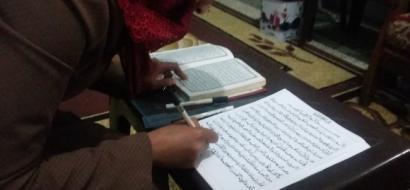 """خاص لـ """"وطن"""" بالفيديو .. فتاة غزية تبدع بنسخ القرآن يدوياً بالرسم العثماني"""