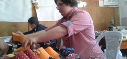 """خاص لـ""""وطن"""" بالفيديو .. الخليل: مؤمن يتجاوز إعاقته ويتقن صناعة الأحذية"""