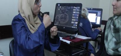 """خاص لـ""""وطن"""": بالفيديو.. غزة: شابات يقهرن الإعاقة السمعية بامتهان الطباعة والتصميم"""