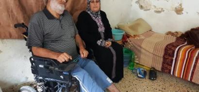 """بالفيديو.. بعد تقرير لـ""""وطن"""": فاعلو خير يتبرعون بكرسي متحرك وراتب شهري لـ""""أبو عيسى"""" في طولكرم"""