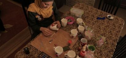 """خاص لـ""""وطن"""" بالفيديو .. غزة: آية تعجن السيراميك مجسمات تجذب الزبائن والمتابعين"""