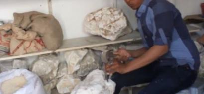 """خاص لـ""""وطن"""": بالفيديو. غزة: أبو عدوان يحيل الصخور إلى مجسمات تراثية"""