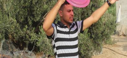 """خاص لـ""""وطن""""بالفيديو .. لمواجهة الحر أثناء انقطاع الكهرباء ..""""الصحون"""" وسيلة للتهوية في غزة"""