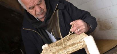 """خاص لـ""""وطن"""": بالفيديو.. الخليل: الشلودي يصون صنع كراسي القش منذ 50 عاما"""