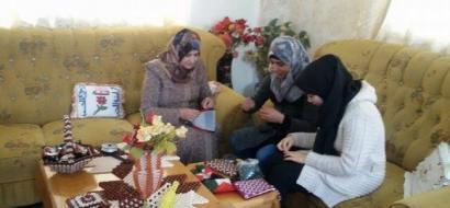 """خاص لـ""""وطن"""" بالفيديو .. الخليل: حرفة وفن .. كيف حولت نادية البدوي """"الخرز"""" لمصدر رزق لعائلتها؟"""