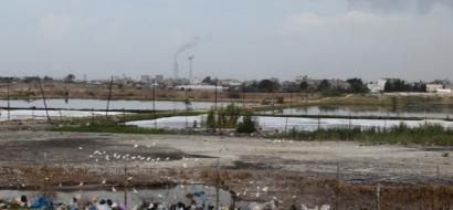 """خاص لـ""""وطن"""" .. بالفيديو .. غزة : """"أم النصر""""على موعد مع الكارثة .. قرية على """"ضفاف"""" الصرف الصحي"""