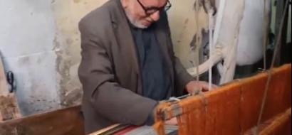 """خاص لـ""""وطن"""" بالفيديو .. غزة : """"أبو حنفي"""" يحيك السجاد على النول منذ 60 عاماً"""