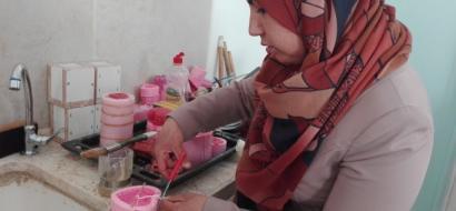"""خاص لـ""""وطن""""بالفيديو .. الخليل : صناعة الشموع ..  تفتح للخريجين باباً للعمل"""