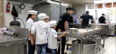 """خاص لـ""""وطن"""" بالفيديو... غزة: """"الشيف الصغير"""" .. الأنامل الناعمة تتعلم صنعة الطبخ"""