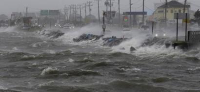 """العاصفة """"برايان"""" تضرب أيرلندا وبلدات بريطانية ساحلية"""