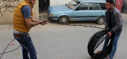 """خاص لـ""""وطن"""" بالفيديو .. غزة: مبادرة لإضاءة شوارع حي التفاح ليلًا .. أضيء شمعة خيراً من أن تلعن الظلام"""